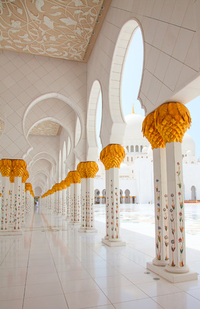 sheikh zayed mosque: Famous Sheikh Zayed mosque in Abu Dhabi, United Arab Emirates Editorial