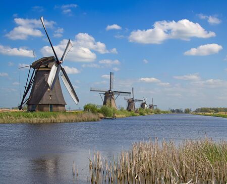 molino: Antiguos molinos de viento cerca de Kinderdijk, Pa�ses Bajos