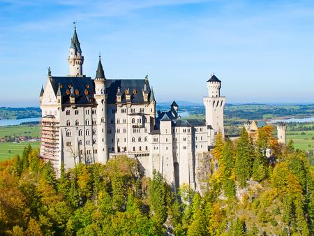 castillos: Castillo de Neuschwanstein en los Alpes bávaros, Alemania Editorial