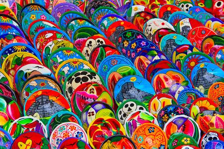cultura maya: Cer�mica mexicanos tradicionales de colores en el mercado de la calle