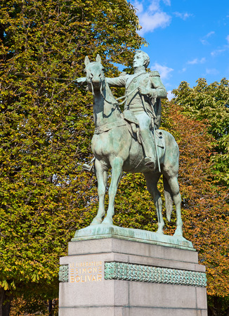 guerilla: Bronze statue of the Simon Bolivar in Paris