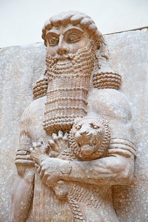 Ancient sumerian stone carving with cuneiform scripting Standard-Bild