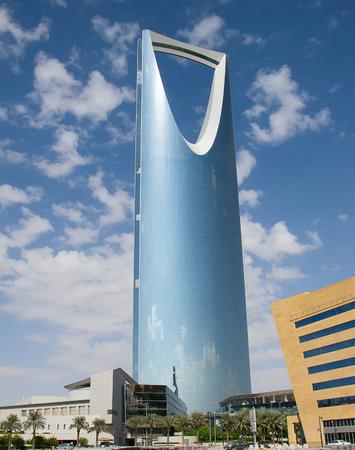 diciembre: RIAD - 22 de diciembre: Reino torre el 22 de diciembre de 2009 en Riad, Arabia Saudita. Reino torre es un centro de negocios y convenciones, shoping mall y uno de los principales hitos de la ciudad de Riyadh Editorial