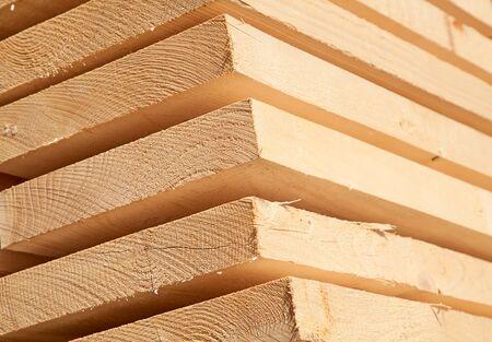 carpintero: Pila de nuevos postes de madera en el patio de la maderero