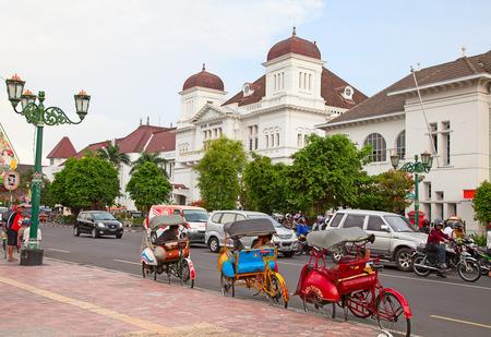 족 자카르타 -8 월 3 일 : 족 자카르타, 자바, 인도네시아의 거리에 전통적인 rikshaw 수송 2010 년 8 월 3 일에. 자전거 rikshaw 많은 인도네시아 도시에서 인기