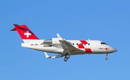 Zurich - 18 lipca: Air Ambulance REGA lądowania w Zurychu po lot na krótkim dystansie na 18 lipca 2015 roku w Zurychu, w Szwajcarii. Głównym zadaniem Rega Air jest przeprowadzenie powietrza ratunkowych i repatriacji. Publikacyjne