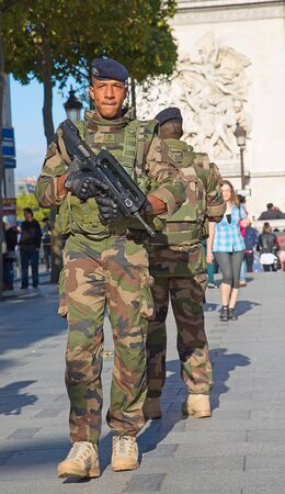 triumphe: PARIS, FRANCE-SEPTEMER.20,2015: French soldier in uniform near Arc de Triomphe on September 20, 2015 in Paris, France. France is taking serious measures to combat terrorism