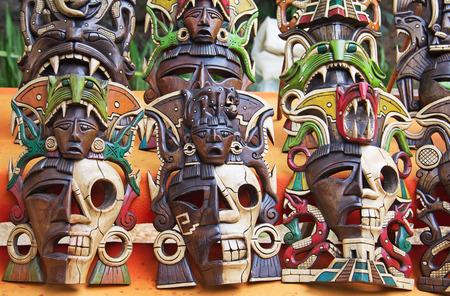 cultura maya: máscaras de madera mayas en el mercado de la calle