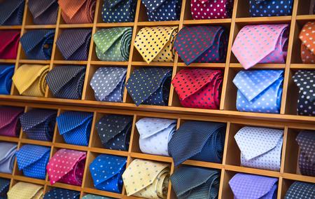 colección de corbatas de colores en la tienda de los hombres Foto de archivo