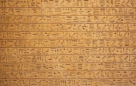 Caractères égyptiens sur le mur.  Banque d'images - 61564517