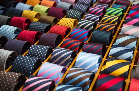 Kleurrijke stropdasinzameling in de herenshop
