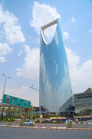 RIAD - el 22 de agosto: Reino torre el 22 de agosto, 2016, Riad, Arabia Saudita. Torre del Reino es un centro de negocios y convenciones, shoping mall y uno de los principales hitos de la ciudad de Riad Foto de archivo - 82711318
