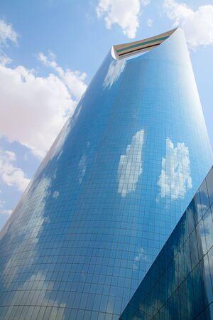 RIAD - el 22 de agosto: Reino torre el 22 de agosto, 2016, Riad, Arabia Saudita. Torre del Reino es un centro de negocios y convenciones, shoping mall y uno de los principales hitos de la ciudad de Riad Foto de archivo - 82711329