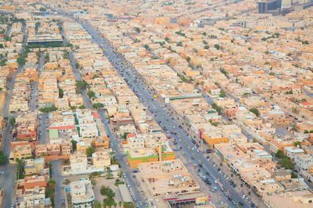 RIYADH - 21 DE AGOSTO: Vista aérea de Riyadh el céntrico el 21 de agosto de 2016 en Riyadh, la Arabia Saudita. Foto de archivo - 83326775