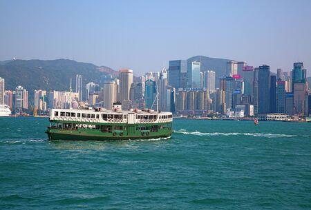 香港 - 4 月 2 日: フェリー「シルバー スター」巡航ビクトリア港 2017 年 4 月 2 日に香港中国で。香港フェリーは 120 年以上の操作では、市内の主要観 報道画像