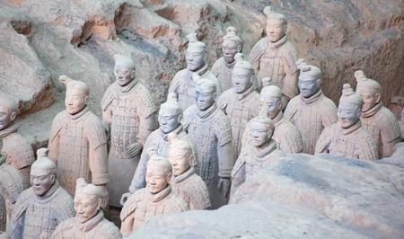 西安、中国の有名な兵馬俑。秦の始皇帝の霊廟、中国最初の皇帝には、装甲の男性と馬を描いたテラコッタの彫刻のコレクションが含まれています