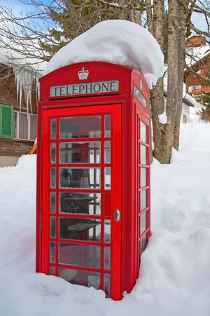cabina telefonica: Famous red telephone booth in London, UK