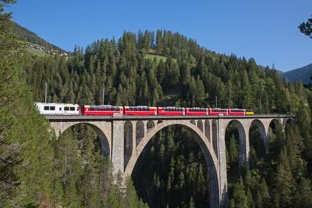Célèbre viaduc de Wiesener sur la ligne de train Davos - Filisur dans les alpes suisses