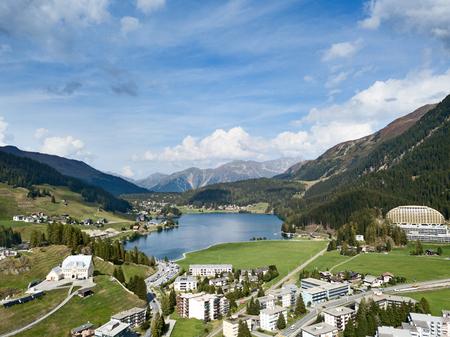 Vista aerea della città e del lago di Davos. Davos è una città svizzera, famosa sede degli incontri annuali del World Economic Forum.