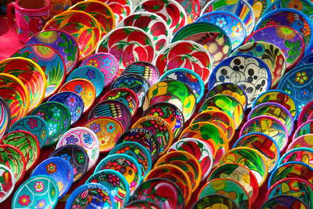 Colorful traditional mexican ceramics on the street market Imagens