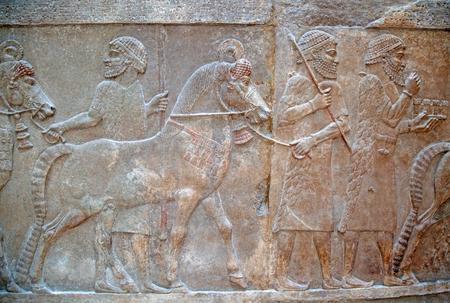 Ancienne sculpture sur pierre sumérienne avec écriture cunéiforme