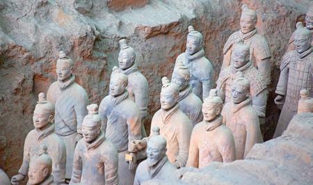 XIAN, CHINE - 8 octobre 2017: célèbre armée de terre cuite à Xi'an, Chine. Le mausolée de Qin Shi Huang, le premier empereur de Chine contient une collection de sculptures en terre cuite d'hommes blindés et de chevaux. Éditoriale