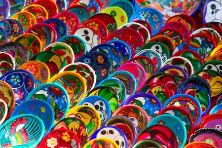 Colorida cerámica tradicional mexicana en el mercado de la calle Foto de archivo