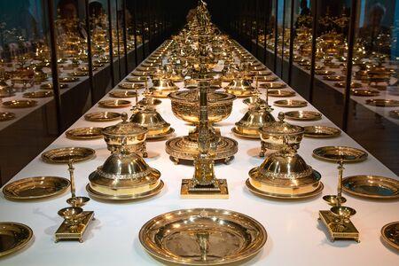Utensilios de cocina medievales de oro y plata Foto de archivo