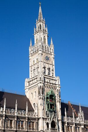 Main square of the Munich, Germany - Marienplatz (Marian square). The old and new city halls, Marian column, church Frauenkirche and Fish's fountain together are forming unique architectural style of the square Stockfoto - 130069753