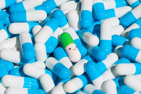 Colección de cápsulas de colores con medicamentos.