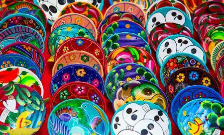 Bunte traditionelle mexikanische Keramik auf dem Straßenmarkt
