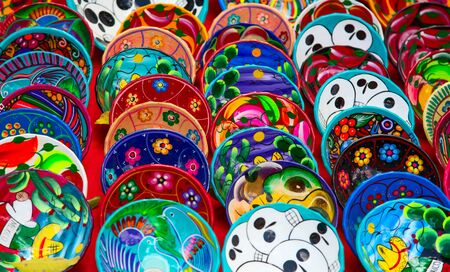 Kolorowa tradycyjna meksykańska ceramika na targu ulicznym