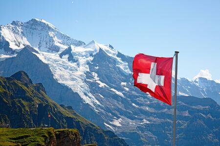 Schweizer Flagge auf männlichen (Jungfrau-Region, Bern, Schweiz)