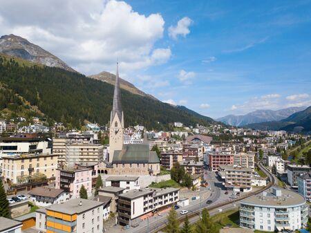 Luftaufnahme der Stadt Davos und des Sees. Davos ist Schweizer Stadt, berühmter Ort der jährlichen Treffen des Weltwirtschaftsforums.