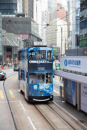HONG KONG - 02 OCTOBRE : Personnes non identifiées utilisant le tramway à Hong Kong le 02 octobre 2017. Le tramway de Hong Kong est le seul au monde à être équipé de deux étages et l'une des principales attractions touristiques. Éditoriale