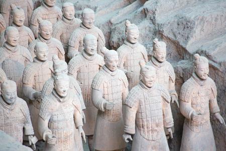 XIAN, CHINA - 8. Oktober 2017: Berühmte Terrakotta-Armee in Xi'an, China. Das Mausoleum von Qin Shi Huang, dem ersten Kaiser Chinas, enthält eine Sammlung von Terrakotta-Skulpturen gepanzerter Männer und Pferde.