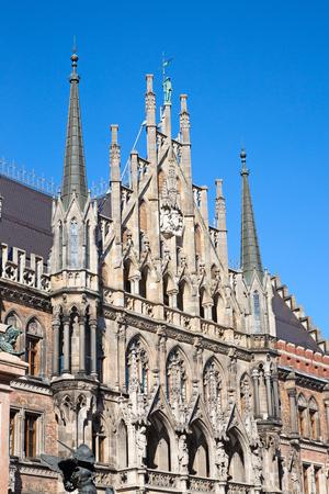 Piazza principale di Monaco di Baviera, Germania - Marienplatz (piazza Mariana). Il vecchio e il nuovo municipio, la colonna mariana, la chiesa e la fontana dei pesci formano insieme uno stile architettonico unico della piazza
