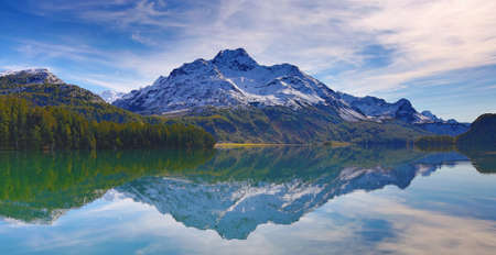 Maloja region - collection of beatiful lakes, mountains and road connecting Switzerland and Italy 版權商用圖片 - 162579848