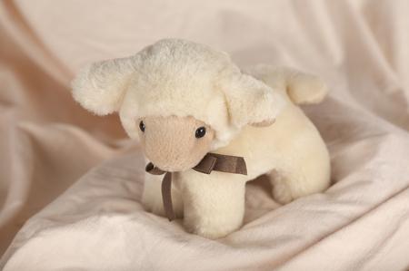 ぬいぐるみの子羊