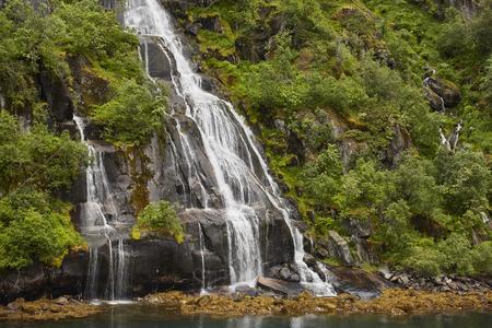Wasserfall in Trollfjord Norwegen Lofoten Lizenzfreie Bilder