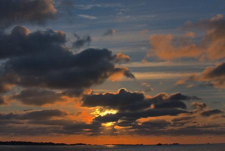 Red Sonnenuntergang mit Wolken Lizenzfreie Bilder