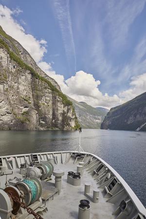 Geirangerfjord mit Hurtigruten Lizenzfreie Bilder