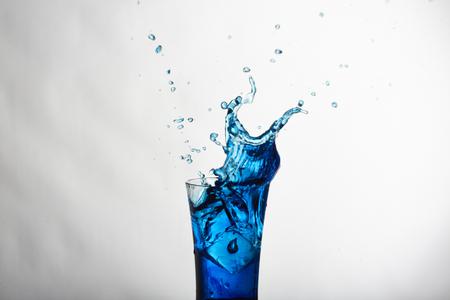 Wasserspritzen mit Eiswürfel Standard-Bild