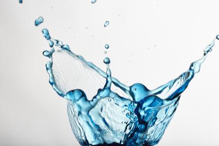 Wasserspalsh mit Eiswürfel