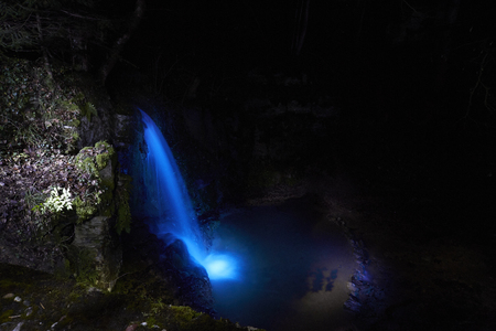 Light Painting Waterfall at night. Linner Waterfall Standard-Bild