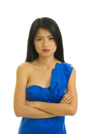 humeur: belle jeune femme asiatique avec une belle robe bleue ne semble pas tr�s heureux - isol� sur blanc