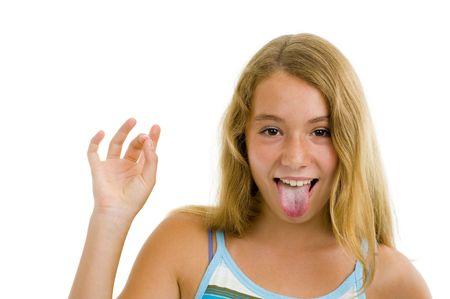 sacar la lengua: chica de adolescente rubia mostrando la lengua, aislado en blanco Foto de archivo
