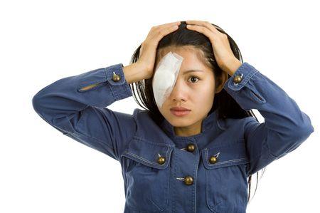 흰색 배경에 고립 된 눈 수술 후 젊은 여자