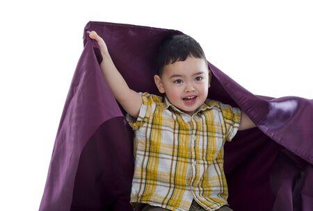 purple silk: ni�os en edad preescolar feliz lindo con tela de seda color p�rpura  Foto de archivo
