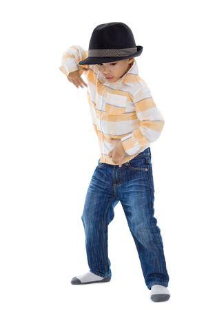 schattige kleine jongen dansen op witte achtergrond. handen iets motion wazig van deze actie.